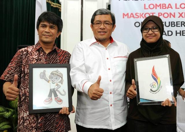 Ahmad Heryawan saat memperlihatkan maskon dan logo PON XIX 2014