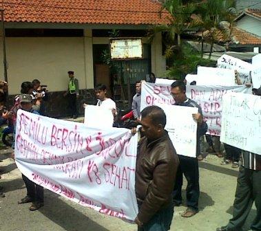 Puluhan massa datangi KPU Jabar