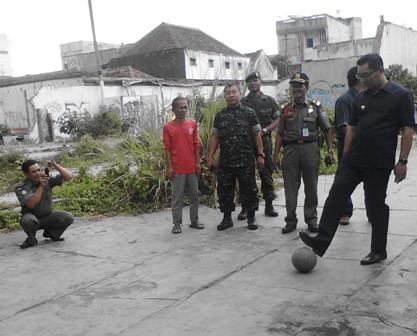 Disela-sela Peninjauan PKL di Cicadas, Walikota Bandung Ridwan Kamil Main Bola dengan Anak-anak. Senin (25/8)
