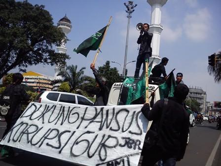 Pelantikan DPRD Jabar Diwarnai Aksi Unjur Rasa di Jalan Asia Afrika Bandung, Senin (1/9)