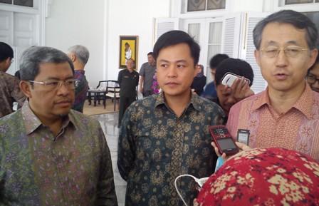 Gubernur Jawa Barat Ahmad Heryawan (Sebelah kiri) Bersama Duta Besar Korsel untuk Indonesia, Taiyoung Cho (Sebelah kanan) di Gedung Pakuan Bandung, Selasa (16/9)