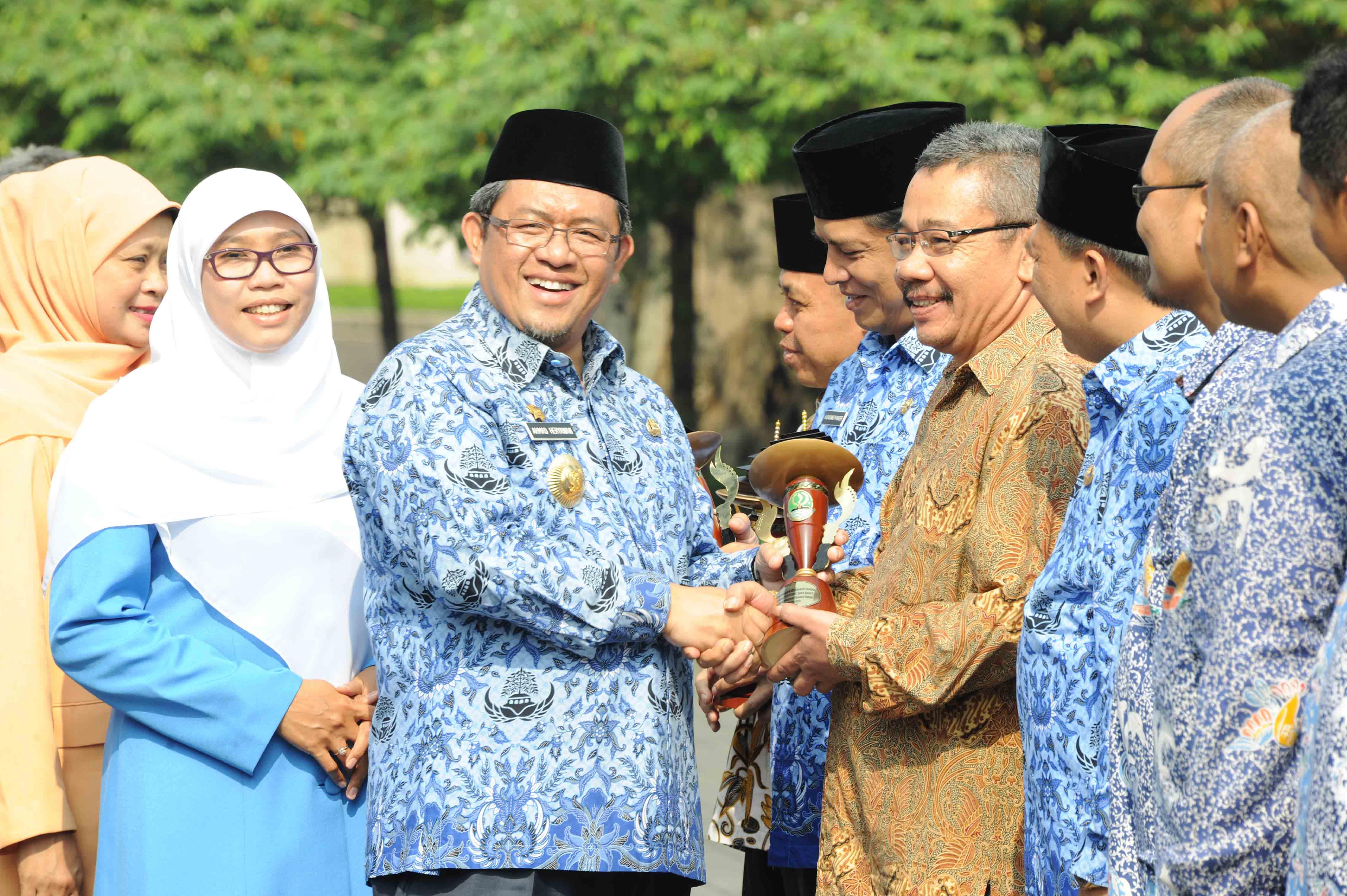 Gubernur Jawa Barat Ahmad Heryawan menyerahkan penghargaaan