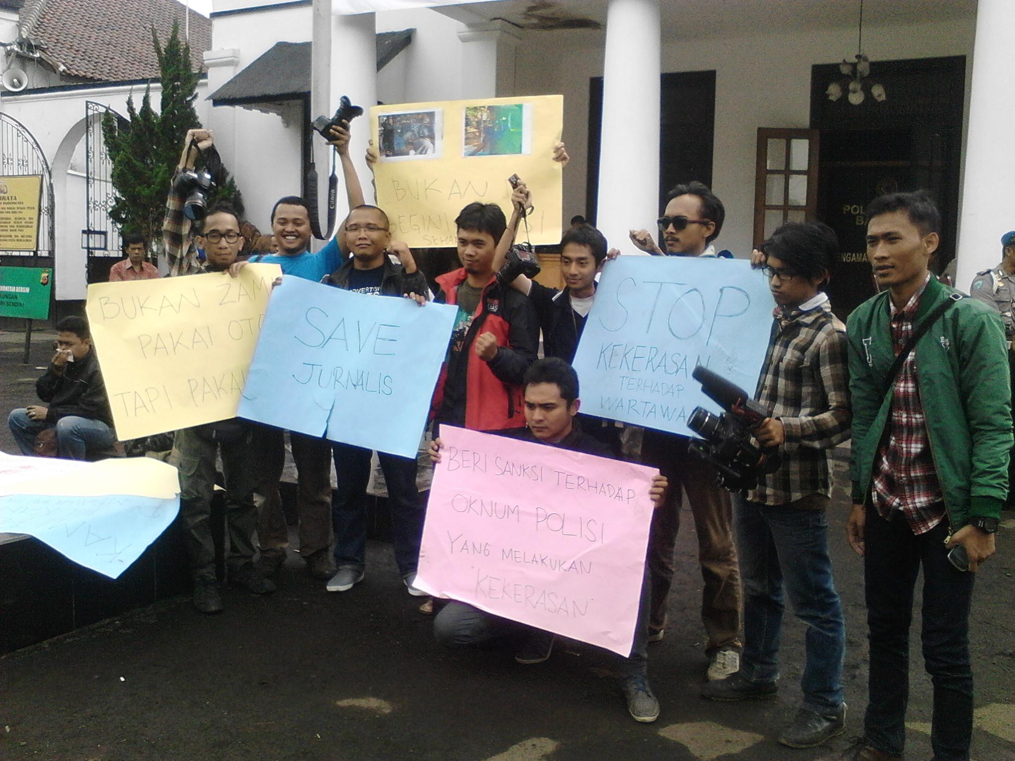Mak Ar Dipukul Puluhan Jurnalis Bandung Protes Jurnal Bandung