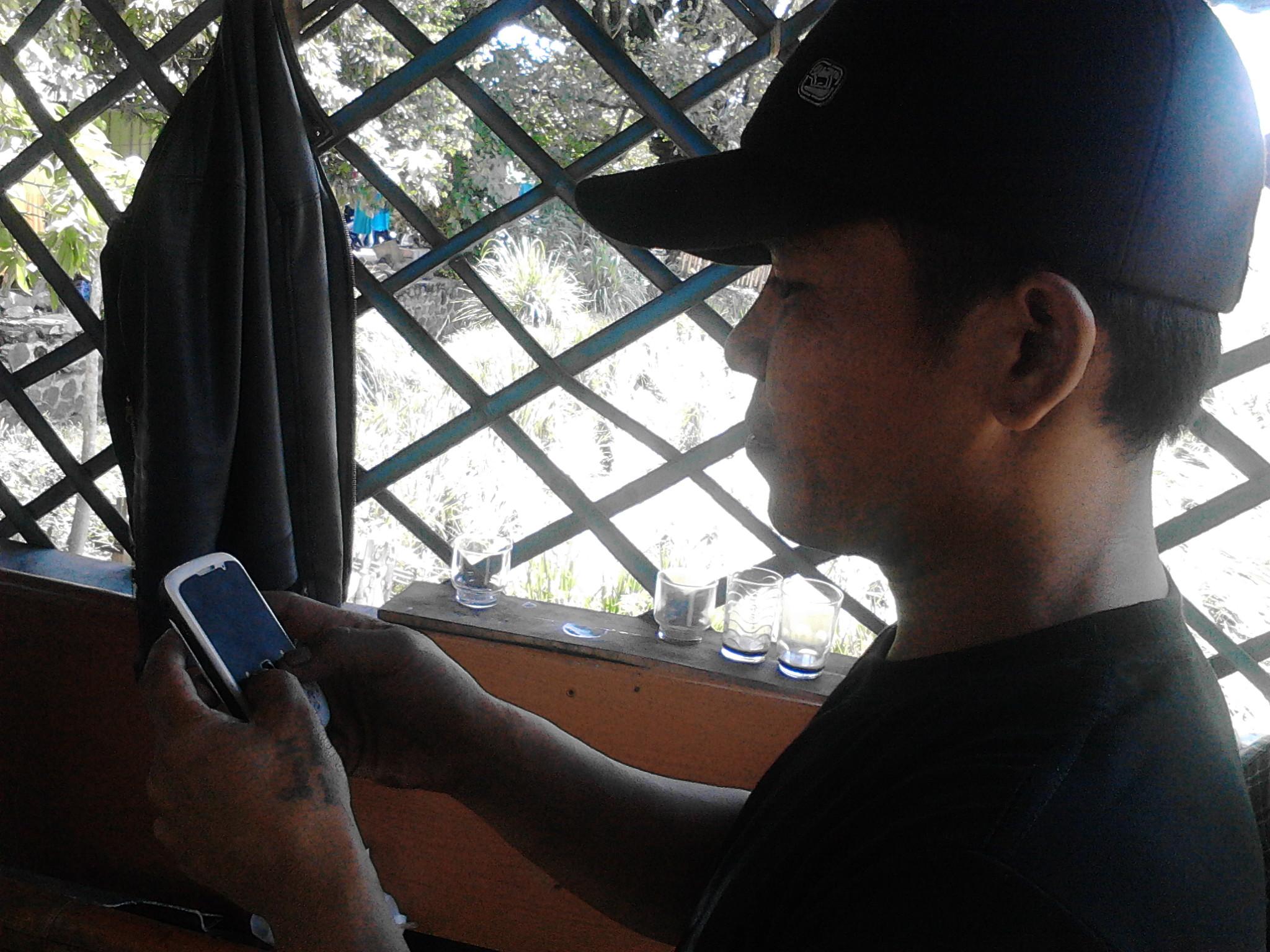 Embu sedang memperlihatkan rekaman video puting beliung