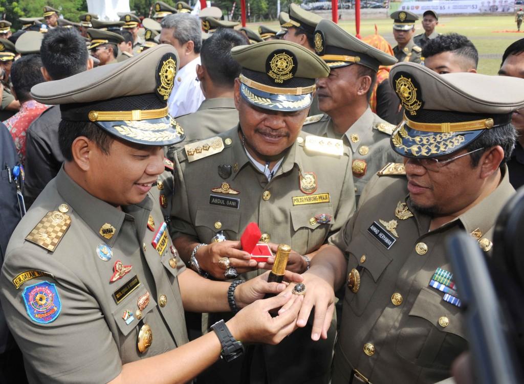 Kasatpol PP Sulawesi Selatan Memakaikan Batu Akik