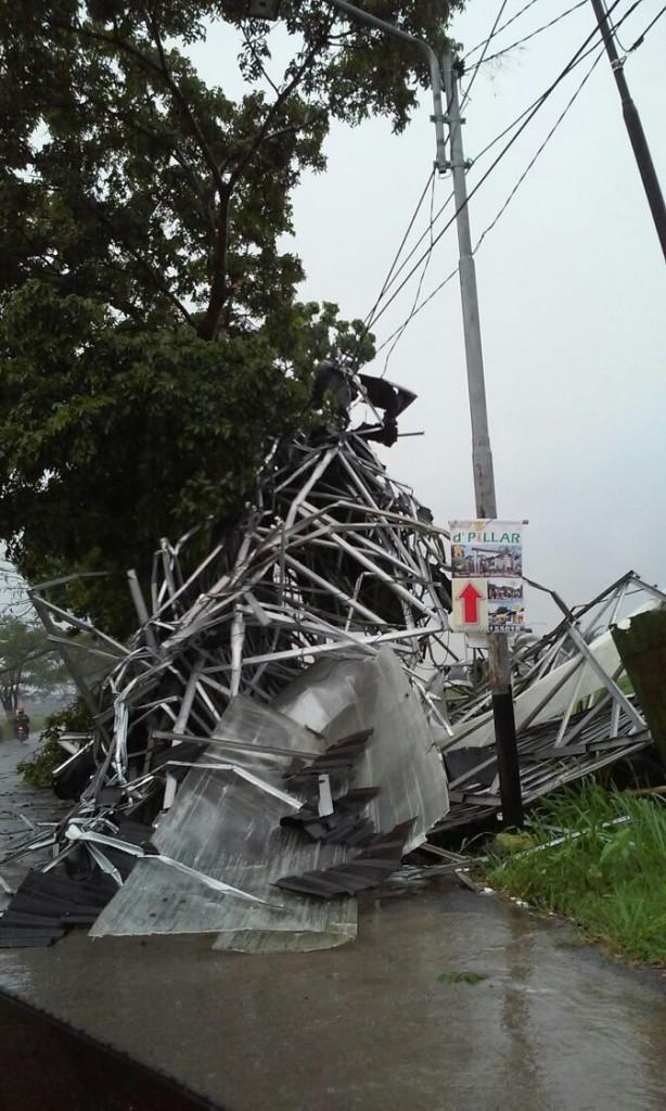 Foto: atap sebuah rumah di Bojongsoang terbawa angin puting beliung