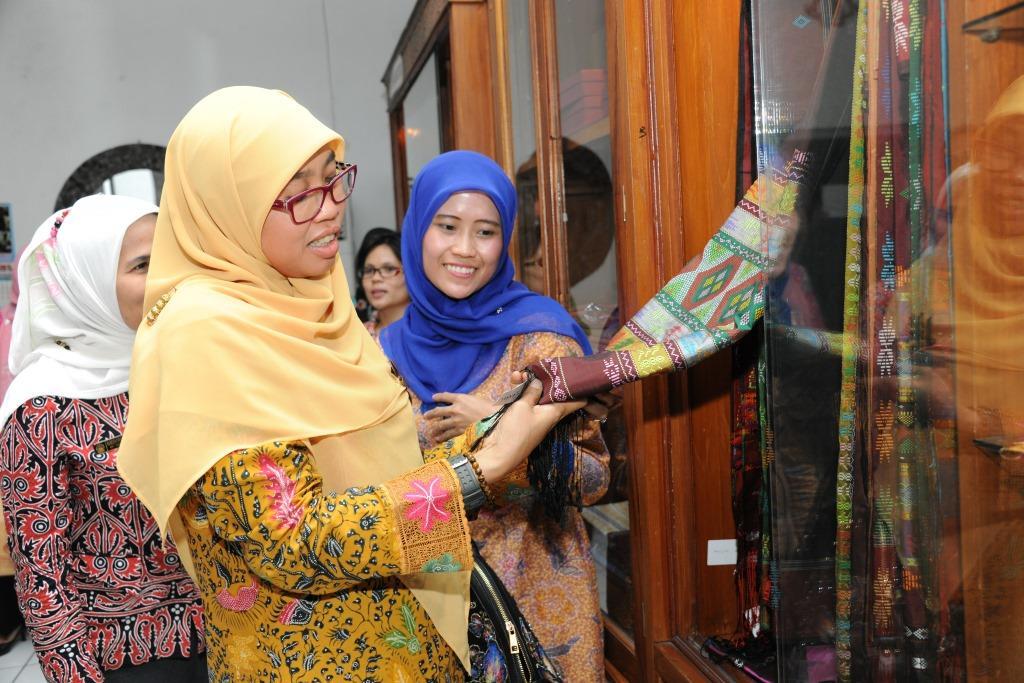 Melihat produk kerajinan binaan Dekranasda Sumatra Utara