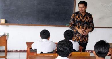 Wakil Bupati Bandung Gun Gun Gunawan menggelar silaturahmi dadakan (sidak) ke beberapa SMP di Kecamatan Cimaung dan Kecamatan Margahayu, Kabupaten Bandung, Sabtu (25/2). Sidak digelar dalam rangka menanamkan perilaku hidup bersih dan sehat kepada anak-anak. Sidak juga bertujuan untuk memberikan edukasi tentang lingkungan kepada anak-anak, salah satunya mengajarkan cara memilah sampah.