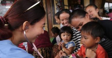 TIM Dokling Relawan Prabowo-Sandi memberikan pelayanan prngobatan gratis kepada warga Kampung Kasepuhan Ciptagelar Sukabumi Jawa Barat